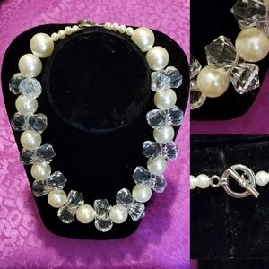 Lovely acrylic and faux pearl necklace